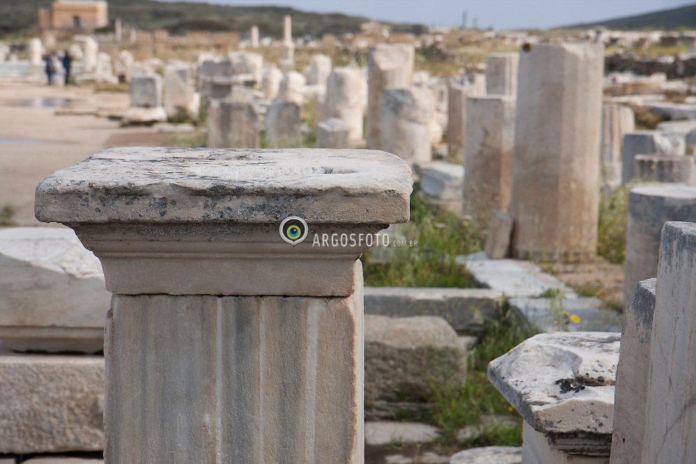 Colunas do Olimpo na ilha de Delos, perto de Myconos, e uma das mais importantes na mitologia, na historia e na arqueologia da Grecia. / Columns in the Olympian in the island of Delos, near Mykonos, is one of the most important mythological, historical and archaeological sites in Greece.