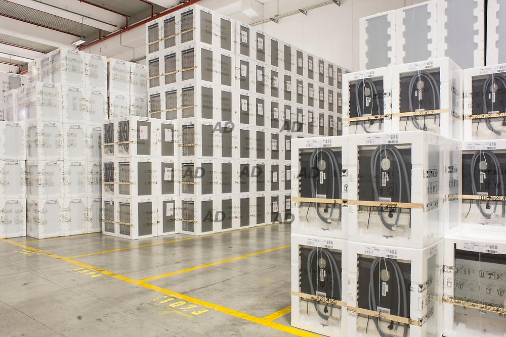 Il Gruppo Scerni Logistics di Genova gestisce dal 2008 per Whirlpool EMEA la movimentazione dell'intero hub logistico di Piacenza, che si estende su una superficie totale di oltre 80mila mq. Dai due magazzini presenti nell'hub sono movimentati componenti per i siti industriali di Whirlpool e prodotti finiti per i maggiori clienti del gruppo nei principali mercati europei.