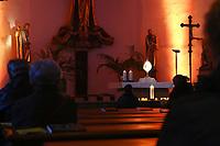 Mannheim. 11.03.17   BILD- ID 032  <br /> Innenstadt. Marktplatz. Marktplatzkirche St. Sebastian. Stay &amp; Pray. <br /> Im M&auml;rz startet mit &bdquo;Stay &amp; Pray&ldquo; in der Mannheimer Marktplatzkirche St. Sebastian ein neues Gottesdienstformat in der Quadratestadt. Dieses offene spirituelle Angebot soll Menschen viermal im Jahr  jeweils samstagabends die M&ouml;glichkeit geben, Kirche einmal anders zu erleben. Die Besucher bestimmen, ob sie sich eine kurze oder auch l&auml;ngere Auszeit g&ouml;nnen &ndash; frei nach der biblischen Aufforderung &bdquo;Stay &amp; Pray &ndash; Wachet und betet.&ldquo; (Matth&auml;us 26,41). <br /> <br /> Der &bdquo;Stay &amp; Pray&ldquo;-Abend beginnt mit der Messe in St. Sebastian um 17 Uhr. Anschlie&szlig;end steht die Kirche bis 22 Uhr offen. Zum Abschluss gibt es ein Nachtgebet &ndash; die Komplet &ndash; mit eucharistischem Segen. <br /> <br /> Bild: Markus Prosswitz 11MAR17 / masterpress (Bild ist honorarpflichtig - No Model Release!)