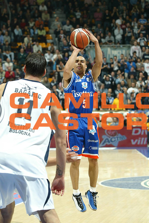 DESCRIZIONE : Bologna Lega A1 2007-08 Upim Fortitudo Bologna Tisettanta Cantu<br /> GIOCATORE : DaShaun Wood <br /> SQUADRA : Tisettanta Cantu<br /> EVENTO : Campionato Lega A1 2007-2008 <br /> GARA : Upim Fortitudo Bologna Tisettanta Cantu<br /> DATA : 08/12/2007 <br /> CATEGORIA : tiro<br /> SPORT : Pallacanestro <br /> AUTORE : Agenzia Ciamillo-Castoria/G.Livaldi<br /> Galleria : Lega Basket A1 2007-2008<br /> Fotonotizia : Bologna Campionato Italiano Lega A1 2007-2008 Upim Fortitudo Bologna Tisettanta Cantu<br /> Predefinita :