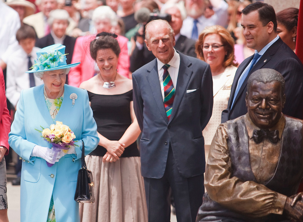 Queen Elizabeth and Prince Philip, The Duke of Edinburgh inspect a statue of Canadian jazz pianist Oscar Peterson which the Queen unveiled at the National Arts Centre in Ottawa, Canada June 30, 2010. The Queen is on a 9 day visit to Canada. <br /> AFP/GEOFF ROBINS/STR