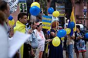 Frankfurt am Main | 05 July 2014<br /> <br /> Am Samstag (05.07.2014) demonstrierten am Domplatz in Frankfurt am Main etwa 25 Menschen f&uuml;r die Unabh&auml;ngigkeit der Ukraine und gegen den Einfluss von Russland.<br /> Hier: &Uuml;bersicht &uuml;ber die Demo.<br /> <br /> [Foto honorarpflichtig, kein Model Release]<br /> <br /> &copy;peter-juelich.com