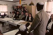 """arrival of new immigrants from Ethiopia, """"Falashmuras"""": Christians converted to Judaism  givaat amatos, Jerusalem  Israel     /// arrivee de nouveau amigrants  """"Falashmuras"""" d'Etiopie  /// le grand rabbin sepharade  Bakchi Doron. Givaat Amatos, Jerusalem  Israel Chretiens  du Gundar en cours de conversion au judaisme descendant de la tribu de Dan  /// R00287/    L004319  /  P0007175"""