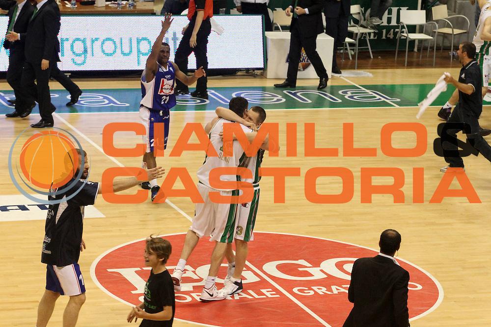 DESCRIZIONE : Siena Lega A 2010-11 Finale Play off Gara 5 Montepaschi Siena Bennet Cantu<br /> GIOCATORE : Rimantas Kaukenas Ksistof Lavrinovic<br /> CATEGORIA : Esultanza<br /> SQUADRA : Montepaschi Siena Bennet Cantu<br /> EVENTO : Campionato Lega A 2010-2011<br /> GARA : Montepaschi Siena Bennet Cantu<br /> DATA : 19/06/2011<br /> SPORT : Pallacanestro<br /> AUTORE : Agenzia Ciamillo-Castoria/A.Ciucci<br /> Galleria : Lega Basket A 2010-2011<br /> Fotonotizia : Siena Lega A 2010-11 Finale Play off Gara 5 Montepaschi Siena Bennet Cantu<br /> Predefinita :
