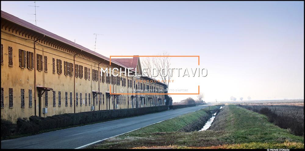 """Cascina Venerìa, a Lignana (VC), con i suoi oltre 700 ettari, è la più grande azienda risicola della zona...Nel 1949 viene immortalata nel film di Giuseppe De Santis """"Riso Amaro"""", con Silvana Mangano e Vittorio Gassman. Negli anni '50 la SAI ne rileva la proprietà."""