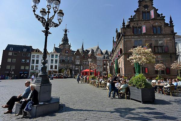 Nederland, Nijmegen, 5-5-2014Mensen zitten in de zon op een terras aan de Grote Markt, het oude en historische centrum van de stad.Foto: Flip Franssen/Hollandse Hoogte
