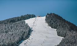 THEMENBILD - die Bernkogelbahn, die Bergstation und die frequentierte Skipiste bei Sonnenschein , aufgenommen am 21. Jänner 2020 in Saalbach Hinterglemm, Oesterreich // the Bernkogelbahn, the mountain station and the frequented ski slope in sunshine in Saalbach Hinterglemm, Austria on 2020/01/21d. EXPA Pictures © 2020, PhotoCredit: EXPA/Stefanie Oberhauser