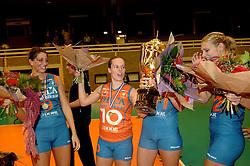 08-10-2006 VOLLEYBAL: SUPERCUP DELA MARTINUS - PLANTINA LONGA: DOETINCHEM<br /> Martinus wint vrij eenvoudig met 3-0 van Longa en pakt de Supercup / Floortje Meijners, Janneke van Tienen en Manon Flier<br /> ©2006: WWW.FOTOHOOGENDOORN.NL