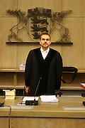 Mannheim. 01.03.17 | BILD- ID 122 |<br /> Unter hohe Sicherheitsvorkehrungen beginnt heute morgen am Landgericht der Prozess gegen einen 57-j&auml;hrigem Mann aus der T&uuml;rkei. Die Staatsanwaltschaft wirft ihm versuchten Mord vor. Er soll im Juni vergangenen Jahres in der Fahrlachstra&szlig;e f&uuml;nf Sch&uuml;sse auf einen Landsmann abgegeben haben. Die Hinterr&uuml;nde der Tat sind bisher weithin ungekl&auml;rt. Es k&ouml;nnten aber politische Interessen eine Rolle spielen. Der Mann auf den geschossen worden war, tritt bei dem Prozess als Nebenkl&auml;ger auf. Er soll ein Anh&auml;ner des t&uuml;rkischen Ministerpr&auml;sidenten Recep Tayyip Erdoğan sein. Der Angeklagte, so beschreibt es sein Verteidiger Stefan Alleier, geh&ouml;re keiner politischen Gruppierung an, er sei aber am Tattag nach Deutschland gereist, um einen Streit zwischen zerstrittenen Parteien zu schlichten. Geschossen habe sein Mandant erst dann, als er von seinem Gegen&uuml;ber angegriffen worden sei.<br /> Nach der Verlesung der Anklage durch die Staatsanwaltschaft, m&ouml;chte sich der Angeklagte mit einer ausf&uuml;hrlichen Erkl&auml;rung zum Tathergang &auml;u&szlig;ern. Der Beginn des Prozesses ist um 9 Uhr geplant.<br /> Bild: Markus Prosswitz 01MAR17 / masterpress (Bild ist honorarpflichtig - No Model Release!)
