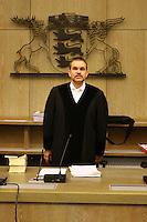 Mannheim. 01.03.17   BILD- ID 122  <br /> Unter hohe Sicherheitsvorkehrungen beginnt heute morgen am Landgericht der Prozess gegen einen 57-j&auml;hrigem Mann aus der T&uuml;rkei. Die Staatsanwaltschaft wirft ihm versuchten Mord vor. Er soll im Juni vergangenen Jahres in der Fahrlachstra&szlig;e f&uuml;nf Sch&uuml;sse auf einen Landsmann abgegeben haben. Die Hinterr&uuml;nde der Tat sind bisher weithin ungekl&auml;rt. Es k&ouml;nnten aber politische Interessen eine Rolle spielen. Der Mann auf den geschossen worden war, tritt bei dem Prozess als Nebenkl&auml;ger auf. Er soll ein Anh&auml;ner des t&uuml;rkischen Ministerpr&auml;sidenten Recep Tayyip Erdoğan sein. Der Angeklagte, so beschreibt es sein Verteidiger Stefan Alleier, geh&ouml;re keiner politischen Gruppierung an, er sei aber am Tattag nach Deutschland gereist, um einen Streit zwischen zerstrittenen Parteien zu schlichten. Geschossen habe sein Mandant erst dann, als er von seinem Gegen&uuml;ber angegriffen worden sei.<br /> Nach der Verlesung der Anklage durch die Staatsanwaltschaft, m&ouml;chte sich der Angeklagte mit einer ausf&uuml;hrlichen Erkl&auml;rung zum Tathergang &auml;u&szlig;ern. Der Beginn des Prozesses ist um 9 Uhr geplant.<br /> Bild: Markus Prosswitz 01MAR17 / masterpress (Bild ist honorarpflichtig - No Model Release!)