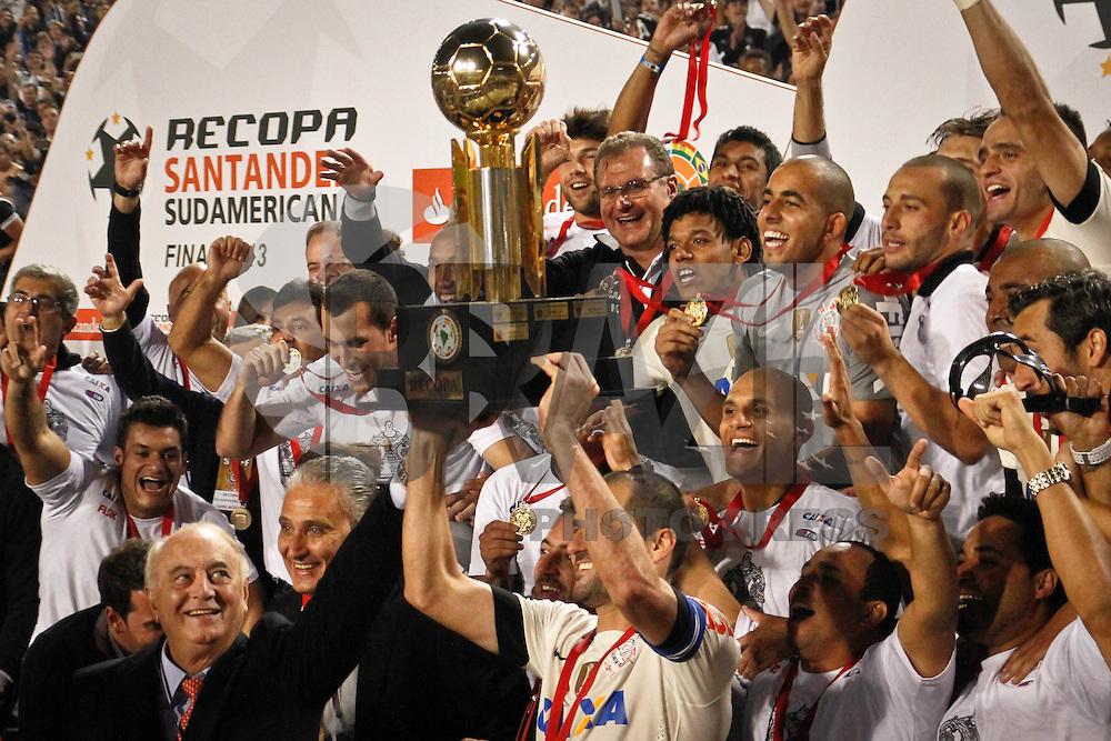 SÃO PAULO,SP,17 JULHO 2013 - FINAL RECOPA SUL-AMERICANA - CORINTHIANS x SÃO PAULO - jogadores do Corinthians comemoram titulo apos  partida entre Corinthians X São Paulo em jogo válido pela final da Recopa no Estádio Paulo Machado de Carvalho (Pacaembu) na noite desta quara feira (17).FOTO ALE VIANNA - BRAZIL PHOTO PRESS.