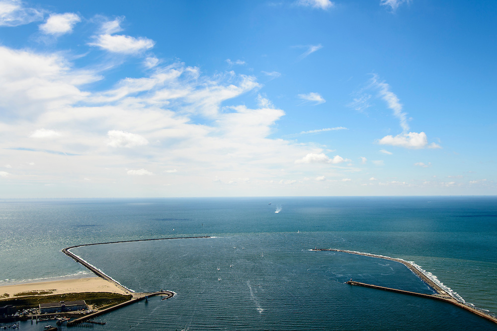 Nederland, Noord-Holland, IJmuiden, 01-08-2016; monding van het Noordzeekanaal met Noordelijke en Zuidelijke havendam.<br /> Mouth of the North sea canal.<br />  <br /> luchtfoto (toeslag op standard tarieven);<br /> aerial photo (additional fee required);<br /> copyright foto/photo Siebe Swart