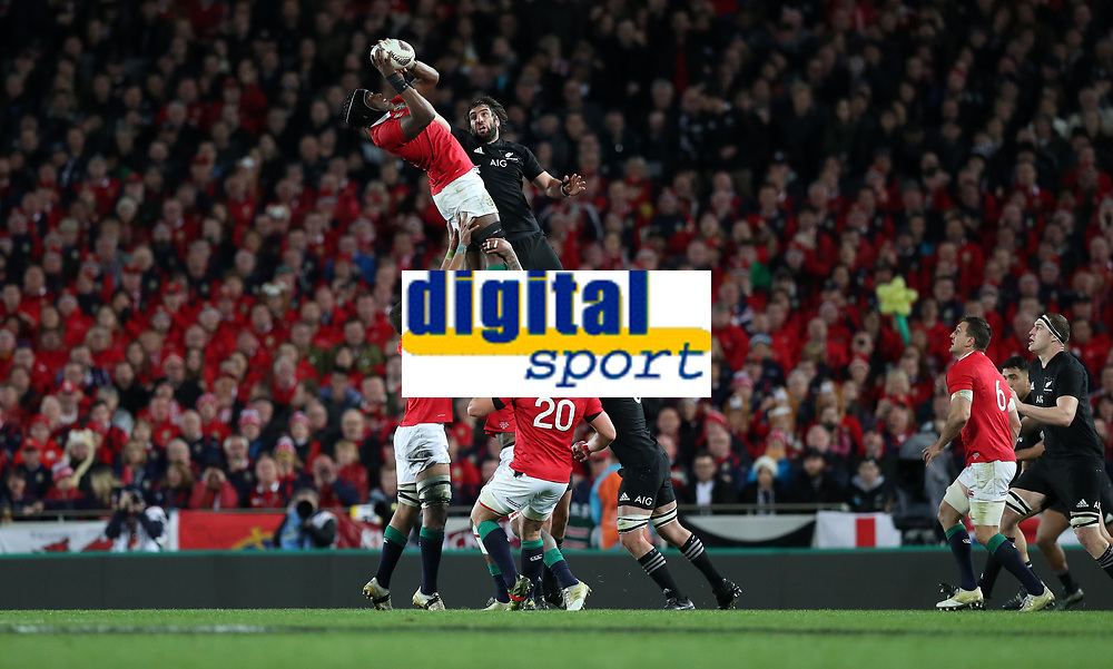 Rugby Union - 2017 British &amp; Irish Lions Tour of New Zealand - Third Test: New Zealand vs. British &amp; Irish Lions<br /> <br /> Maro Itoje of The British and Irish Lions wins a line out ahead of Sam Whitelock of The All Blacks at Eden Park.<br /> <br /> COLORSPORT/LYNNE CAMERON