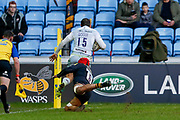 Saracens full back Alex Goode (15) scores a try to make the score 0-10 during the Aviva Premiership match between Wasps and Saracens at the Ricoh Arena, Coventry, England on 7 January 2018. Photo by Simon Davies.