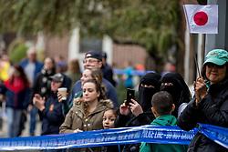 05-11-2017 USA: NYC Marathon, New York<br /> De dag van de marathon, 42 km en 195 meter door de straten van Staten Island, Brooklyn, Queens, The Bronx en Manhattan / Support in burka, publiek, moslima