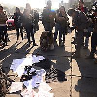 Toluca, México.- Reporteros y fotógrafos de Toluca se manifestaron en contra del asesinato del fotoperiodista Rubén Espinosa Becerril, exigen justicia y se solidarizan a las expresiones de repudio en todo el país por el asesinato de su compañero.  Agencia MVT / Crisanta Espinosa
