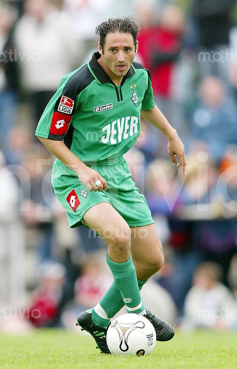 Fussball 1. Bundesliga Saison 2004/2005  Oliver NEUVILLE, Einzelaktion am Ball Borussia Moenchengladbach
