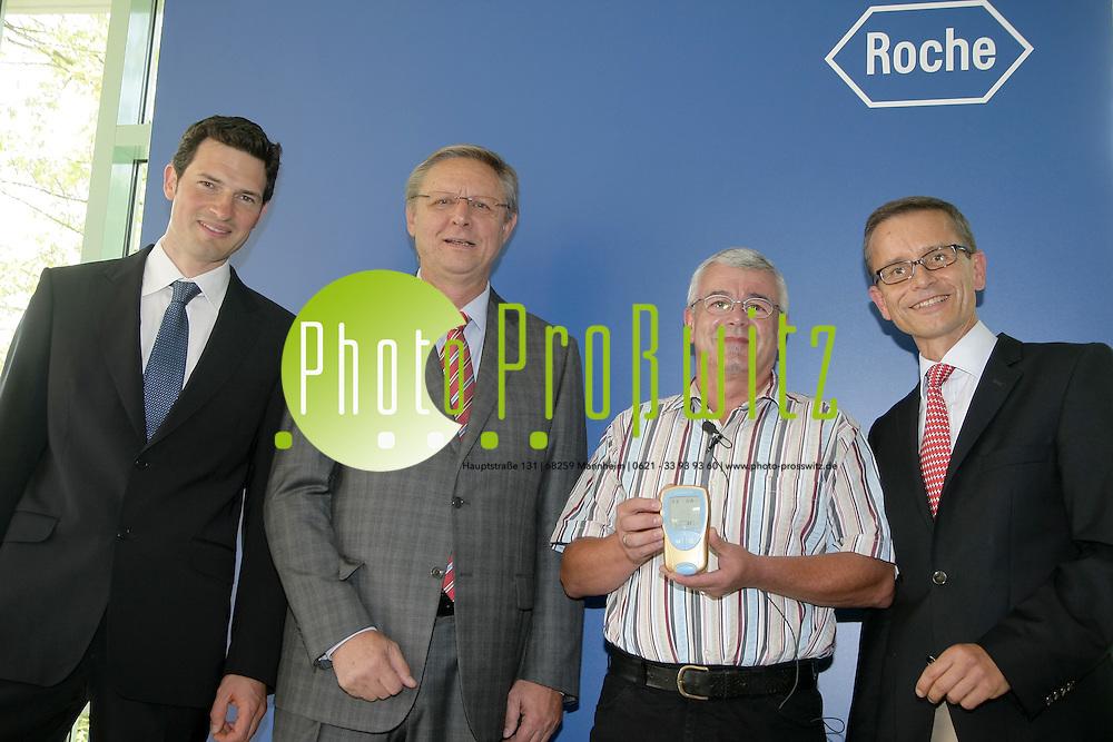 Mannheim. 02.09.2011. Chemiekonzern und Medikamentenhersteller Roche Diagnostics Deutschland GmbH. Das 500.000 Ger&permil;t CoaguChek XS erh&permil;lt Klaus Hambalgo.. <br /> - v.l. Dr. Daniel Herzenstiel, Prof. Dr. Markus Haass, Patient Klaus Hambalgo und Hanns Christian M&cedil;ller<br /> Bild: Markus Proflwitz 02SEP11 / masterpress /