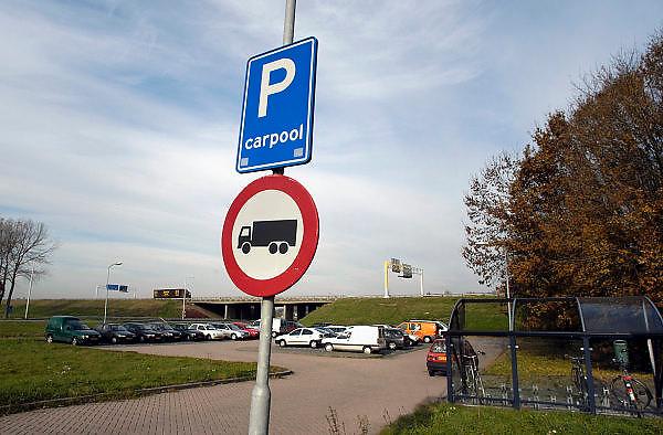 Nederland, Wijchen, 10-11-2003..Carpoolplaats langs de A50. Mobiliteit, fileprobleem, fileoplossing, milieu, verkeersinfarct, carpoolen, autogebruik..Foto: Flip Franssen/Hollandse Hoogte