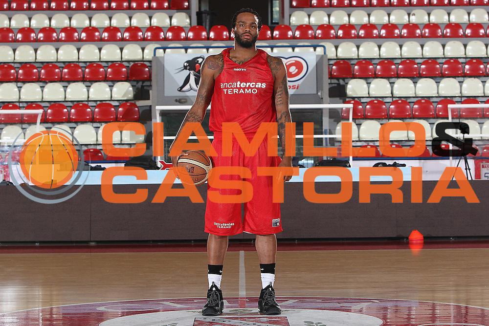 DESCRIZIONE : Teramo Lega A 2009-10 Basket Bancatercas Teramo Allenamento<br /> GIOCATORE : James Thomas<br /> SQUADRA : Bancatercas Teramo<br /> EVENTO : Campionato Lega A 2009-2010 <br /> GARA : <br /> DATA : 02/09/2009<br /> CATEGORIA : Allenamento ritratto posato<br /> SPORT : Pallacanestro <br /> AUTORE : Agenzia Ciamillo-Castoria/C.De Massis