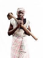 I &aring;r 2000 blev Mozambique ramt af de v&aelig;rste oversv&oslash;mmelser i 50 &aring;r. Syv hunderede mennesker d&oslash;de og vandet fordrev 650.000 mennesker fra deres hjem og p&aring;virkede en fjerdedel af landets befolkning. 140 tusinde hektar landbrugsjord blev smadret og 350.000 stykker kv&aelig;g forsvandt med str&oslash;mmen. I den lille by udenfor Chokwe har kvinderne besluttet, at tage kampen op mod hiv, malaria, fattigdom, den tilbagevendende t&oslash;rke og andre katastrofer. De st&aring;r alene med problemerne og deres b&oslash;rn g&aring;r stadig sultne i seng. M&aelig;ndene er langt v&aelig;k, og arbejder i minerne i nabolandet Sydafrika og kommer kun sj&aelig;ldent hjem. S&aring; kvinderne er n&oslash;dt til at klarer hverdagen og de st&aring;r klar med paraderne oppe, med god grund, for Mozambique er et af de afrikanske lande, der bliver ramt h&aring;rdest af klimaforandringer. Hvert &aring;r bliver landet ramt af klimarelaterede katastrofer som t&oslash;rke, flere og voldsommere oversv&oslash;mmelser og cykloner har &aelig;ndret situationen drastisk. Effekterne af katastroferne bliver forst&aelig;rket, fordi landet i forvejen er sv&aelig;kket af fattigdom, f&oslash;devareusikkerhed og sygdom. Og kvinderne m&aring; rejse sig igen og igen. For deres egen skyld. Og for deres b&oslash;rns fremtid. <br /> <br /> Fatima Muchongo (26 &aring;r) k&aelig;mper en h&aring;rd kamp for at skaffe mad nok til sine tre b&oslash;rn. Hendes mand arbejder i Sydafrika som minearbejder &ndash; og hun f&aring;r ikke meget hj&aelig;lp fra ham. Omr&aring;det hun bor i rammes ofte af t&oslash;rke &ndash; og hun er netop i gang med at plante majs for anden gang, fordi der er kommet lidt regn.