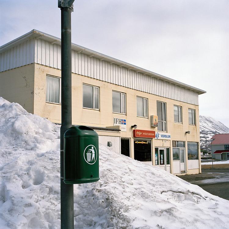 Verslun KS, Pósturinn, hárgreiðslustofan Hárlist og Íslenska Fánasaumastofan á Hofsós. The local store and post office at Hofsos, North Iceland.