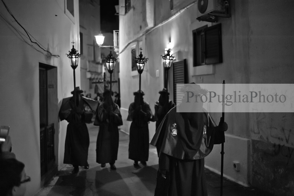 Gallipoli - Processione dei Misteri e della Tomba di Cristo che precede la Pasqua. Nella sacrestia della chiesa sono conservate le statue dei Misteri Dolorosi: esse vengono portate in processione dal tramonto del Venerdì Santo alle prime ore del Sabato Santo. La processione è preceduta dai lampioni e dal suono di alcuni strumenti musicali tradizionali, come la trozzula (uno strumento in legno con battenti metallici), la la tromba ed al tamburo scordato. La Processione dei Misteri e della Tomba di Cristo è una delle processioni più suggestive e coinvolgenti della ritualistica tradizionale, cui partecipa la Confraternita di S. Maria degli Angeli con il simulacro di Maria Santissima Addolorata.<br /> Gallipoli - Procession of the Mysteries and the Tomb of Christ before Easter. In the sacristy of the church there are the statues of the Sorrowful Mysteries: they are carried in procession from sunset Friday to the early hours of Holy Saturday. The procession is preceded by the street lamps and the sound of some traditional musical instruments, such as the trozzula (a wooden instrument with metal doors), the trumpet and the drum tune. The Procession of the Mysteries and the Tomb of Christ is one of the most charming and engaging processions of traditional rituals, involving the Brotherhood of St. Maria degli Angeli with the statue of Our Lady of Sorrows.