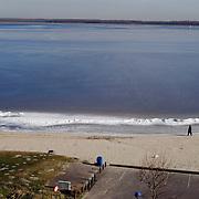 Gebouw Surfvereniging Zomerkade Huizen.blauwe lucht, ijs, gooimeer, zand, strand, water, bevroren