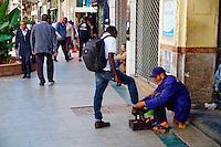 Maroc, Casablanca, Rue Prince Moulay Abdallah, cireur de chaussure // Morocco, Casablanca, Prince Moulay Abdallah street, shoe polisher