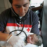 Toluca, Mex.- Un paramedico de la Cruz Roja de Toluca, presta atencion medica a un bebe de un ia de nacido que fue abandonado dentro de una bolsa de plastico en el paseo Matlazincas de esta ciudad; el bebe fue encontrado por transeuntes observaron el movimiento al pie de un arbol y dieron aviso a los paramedicos que entregaron al niño en el hospital materno infantil del Sector Salud. Agencia MVT / Mario Vazquez de la Torre. (DIGITAL)<br /> <br /> <br /> <br /> <br /> <br /> <br /> <br /> NO ARCHIVAR - NO ARCHIVE