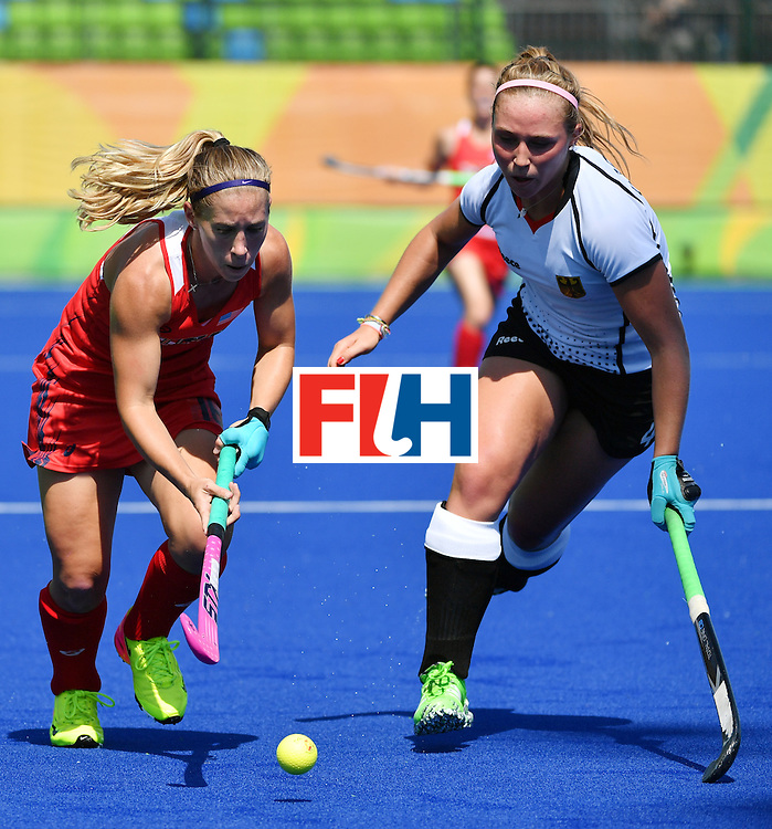 The USA's Katie Bam (L) vies with Germany's Nike Lorenz during the women's quarterfinal field hockey USA vs Germany match of the Rio 2016 Olympics Games at the Olympic Hockey Centre in Rio de Janeiro on August 15, 2016. / AFP / Pascal GUYOT        (Photo credit should read PASCAL GUYOT/AFP/Getty Images)