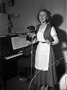 13/10/1952<br /> 10/13/1952<br /> 13 October 1952<br /> Miss Maureen Browne, singing waitress at Caravan Restaurant(?)