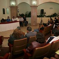 TOLUCA, México.- El perredista Alfonso Ramírez Cuellar  y líderes de organizaciones civiles del Estado de México sostuvieron una reunión en donde se acordó que el próximo 27 de marzo, día en que se llevara a cabo la consulta para decidir si el PAN y PRD irán en alianza para la elección de gobernador del Edomex, movilizaran a toda su gente para que vote a favor de esta alianza. Agencia MVT / Crisanta Espinosa. (DIGITAL)