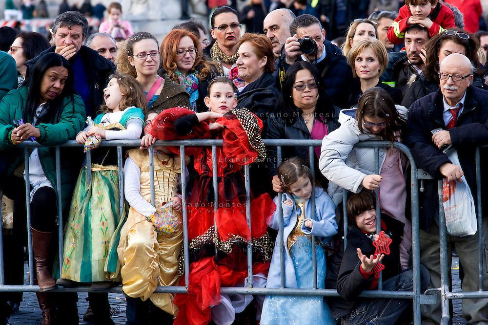 Roma 17 Febbraio 2015<br /> Carnevale Romano, in  Piazza del Popolo,  dedicato alla Regina Cristina di Svezia che soggiorno a Roma nel 1655,  con le atmosfere  della Roma barocca, con sbandieratori, tamburini e gruppi storici.<br /> Rome February 17, 2015<br /> Roman Carnival, in Piazza del Popolo, dedicated to Queen Christina of Sweden who stay in Rome in 1655, with the atmosphere of Baroque Rome, with flag-wavers, drummers and historical groups.