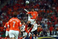 Fotball<br /> Euro 2004<br /> Portugal<br /> 15. juni 2004<br /> Foto: Dppi/Digitalsport<br /> NORWAY ONLY<br /> Gruppe D<br /> Tyskland v Nederland<br /> PIERRE VAN HOOIJDONK (NET) / DIETMAR HAMANN (GER)
