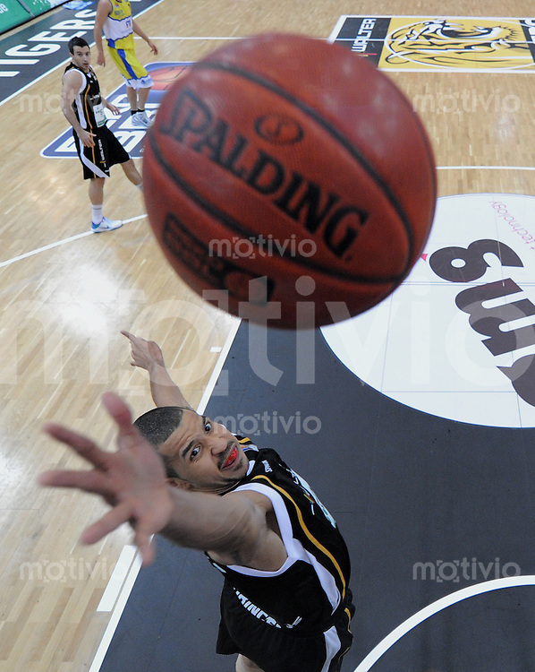 Basketball   1. Bundesliga 2010/2011  02.10.2010 Walter Tigers Tuebingen - Phoenix Hagen Chris Oliver (Tigers) mit Ball