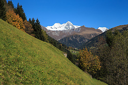 THEMENBILD - Herbstimpressionen aus dem Bergsteigerdorf Kals am Grossglockner. Im Bild herbstliche Panoramaansicht vom Grossglockner (Glockner), höchster Berg Österreichs (3798m). Aufgenommen am 12.10.2015 in Kals am Grossglockner im Nationalpark Hohe Tauern // Autumn Impressions from the mountaineering village of Kals am Grossglockner. Pictured fall foliage view from Grossglockner (Glockner), Austria's highest mountain (3798m). Taken on 10/12/2015 in Kals am Grossglockner in Hohe Tauern National Park. EXPA Pictures © 2015, PhotoCredit: EXPA/ Johann Groder