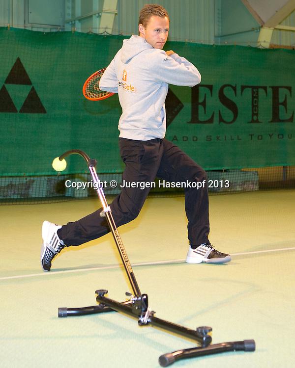 Mats Merkel demonstriert das von ihm erfundene Geraet fuer Schlagtraining,Kongress der Professional Tennis Coaches Association (PTCA), PTCA World Congress ,<br /> <br />  - PTCA World Congress  -  -   - Seefeld - Tirol - Oesterreich  - 15 December 2013. <br /> &copy; Juergen Hasenkopf