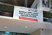 Nederland. Nijmegen, 4-10-2018Verpleegkundigen vragen aandacht voor personeelstekort en werkdruk via een spandoek in het Radboudumc .Foto: Flip Franssen