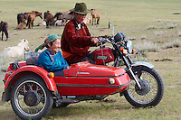 Mongolie. Province de Tov. Famille sur un side-car. // Mongolia. Tov province.   Family on the side-car motorcycle.