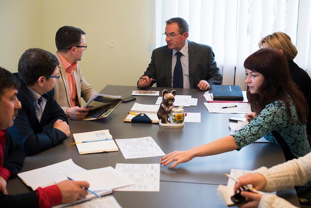 Michel Terestchenko en r&eacute;union avec ses principaux collaborateurs et assistants dans son bureau, dont Roman Golovya (1er &agrave; sa droite), Alexandr Vysrub (2&egrave;me &agrave; sa gauche), Elena (1&egrave;re &agrave; sa gauche), Alyona Demicheva( 2&egrave;me &agrave; sa gauche) le 7 d&eacute;cembre, 2015 &agrave; Hlukhiv, Ukraine.<br /> <br /> Mayor Michel Terestchenko meets with colleagues in his office on December 7, 2015 in Hlukhiv, Ukraine.