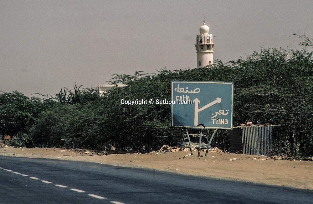 Yemen. Sanaa. Cyrillic information on the road to Mokah  Russian presence       /   panneaux en cyrillique sur la route de Mokah  /  présence russe