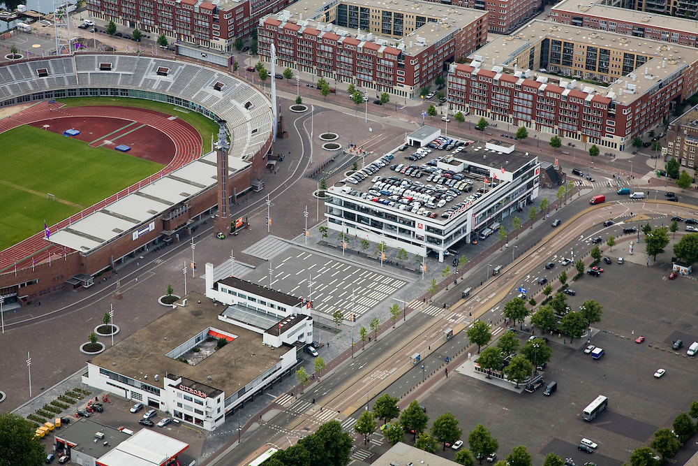 Nederland, Amsterdam, Amsterdam-Zuid, 17-06-2008; het Olympiaplein met het Citroen garage en deel Olympisch Stadion; boven in beeld de nieuwbouw van het het Olympisch kwartier (nieuwbouwwijk); op het plein - verscholen onder de bomen - Febo (automatiek en broodjeszaak); Stadsdeel Oud-Zuid, Stadionbuurt..luchtfoto (toeslag); aerial photo (additional fee required); .foto Siebe Swart / photo Siebe Swart