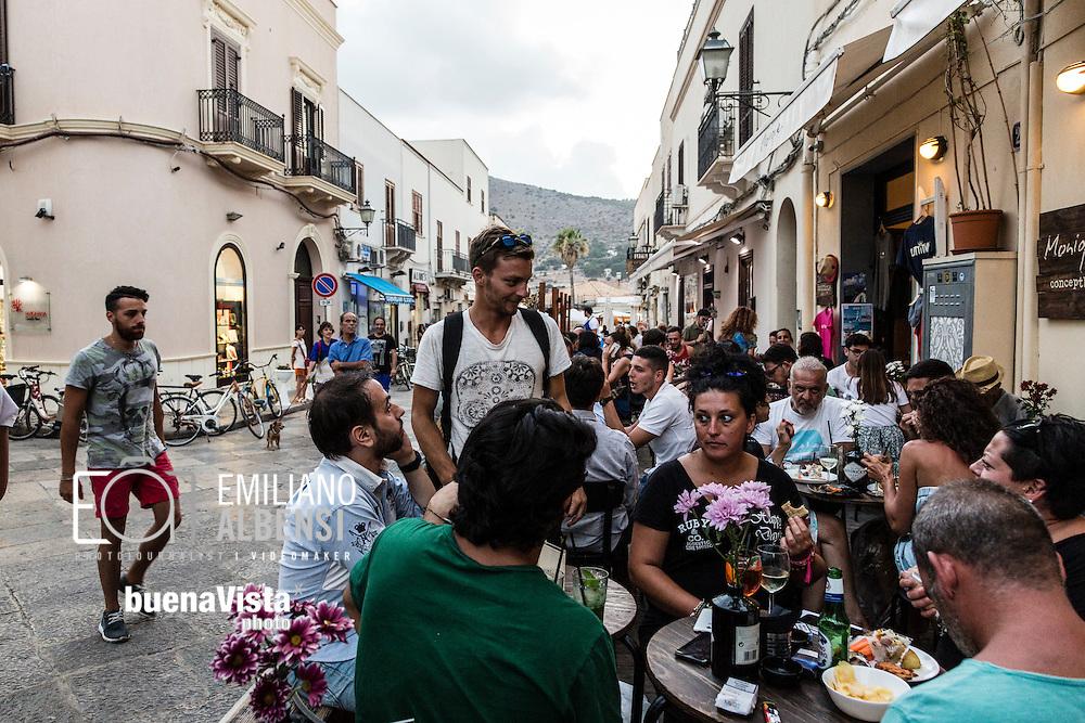 Favignana, Sicilia, Italia, 2016<br /> Turisti a passeggio e seduti ai bar del centro storico di Favignana.<br /> <br /> Favignana, Sicily, Italy, 2016<br /> Tourists walking and drinking in the bars of historical center in Favignana, Aegadian Islands.