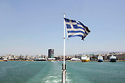 Griekenland, Athene, 5-7-2008Veerboot, ferry verlaat de haven van Piraeus op weg naar een eiland, eilanden.Ferryboat,ferry, leaving the harbour of Piraeus on its way to an island,islands.Foto: Flip Franssen