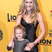 NLD/Scheveningen/20161030 - Premiere musical The Lion King, Nikkie Plessen en dochter Jolie