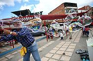 Oscar Diart, hacedor de burbujas durante el recorrido por el Junquito. 31-08-2008 (ivan gonzalez)