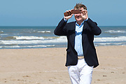 Koning Willem-Alexander en koningin Maxima poseren samen met de prinsesjes Ariane, Amalia en Alexia tijdens de jaarlijkse fotosessie op het strand bij het natuurgebied Meijendel in Wassenaar. <br /> <br /> King Willem-Alexander and Queen Maxima posing together with the princesses Ariane, Amalia and Alexia at the annual photo session on the beach at the nature Meijendel in Wassenaar.<br /> <br /> Op de foto / On the photo:  Koning Willem Alexander / King Willem Alexander