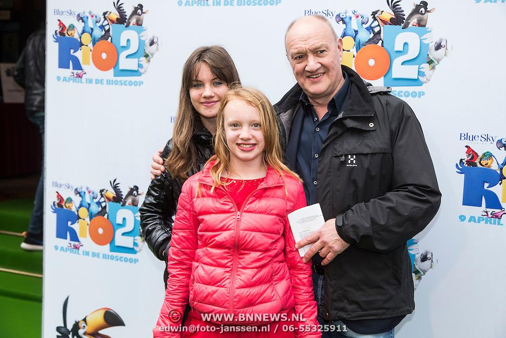 NLD/Amsterdam/20140406 - Inloop filmpremière Rio 2, Henk Poort en dochters Lana Sophia en Suze