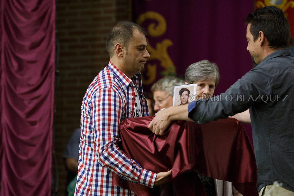 19/05/2018. A relative receives the remains of Valentin Alcantarilla Mercado during a ceremony to hand the remains of 22 people assassinated by dictator Francisco Franco's forces to their relatives on May 19, 2018 in Guadalajara, Spain. General Franco's forces killed Timoteo Mendieta and other people between 1939 and 1940 after Spain's Civil War and buried them in mass graves in Guadalajara's cemetery. Argentinian judge Maria Servini used the international human rights law and ordered the exhumation and investigation of Mendieta's mass grave. The exhumation was carried out by Association for the Recovery of Historical Memory (ARMH) recovering 50 bodies from 2 mass graves and identified 24 of them. Spain's Civil War took the lives of thousands of people on both sides, but Franco continued his executions after the war has finished. Spanish governments has never done anything to help the victims of the Civil War and Franco's dictatorship while there are still thousands of people missing in mass graves around the country. (© Pablo Blazquez)